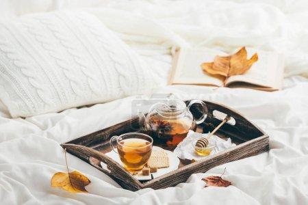 Photo pour Thé réchauffant au lit. Fenêtre lumineuse - image libre de droit