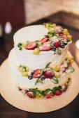"""Постер, картина, фотообои """"Три части голый свадебный торт с фруктами и ягодами. Белый свадебный торт с клубникой и ягоды."""""""