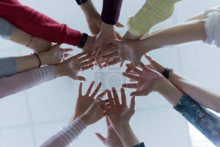"""Photo pour Groupe multiracial d """"étudiants avec les mains dans la pile, Travail d"""" équipe - image libre de droit"""