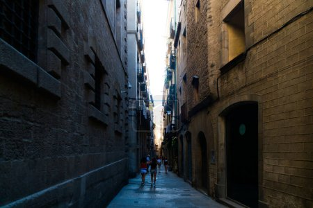 Photo pour Barcelone, Catalogne, Espagne, 22 septembre 2019 Des inconnus marchent dans les rues de Barcelone dans le quartier gothique. - image libre de droit