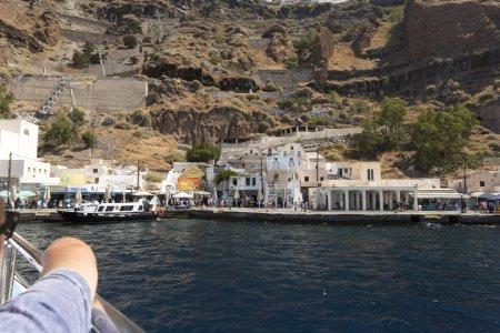 Photo pour Fira est la ville principale de Santorin, situé au sommet d'une falaise d'une caldeira. Bien qu'il ait peu, sauf sa vue imprenable, Musée, téléphérique, quelques bars et clubs, sa situation centrale fait bonne - image libre de droit
