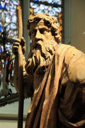 Photo pour Chiffre en bois Moïse avec le bâton de pèlerin à l'intérieur de l'église - image libre de droit