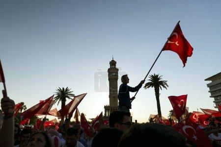 Photo pour Izmir, Turquie - 15 juin 2018: 15 juin jour de la démocratie en Turquie Izmir. Personnes détenant drapeaux turcs à Konak square à Izmir et en face de la tour de l'horloge historique. - image libre de droit