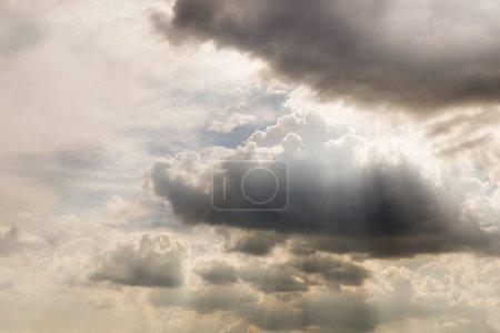 Photo pour Nuages de type Cumulus sur le ciel . - image libre de droit