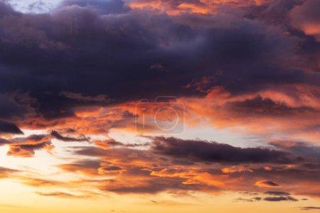 Photo pour Ciel nuageux et humide avec de belles couleurs tôt le matin avant le lever du soleil - image libre de droit