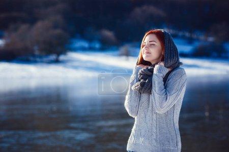 Photo pour Portrait d'hiver de belle jeune femme brune portant tricoté snood couverte de neige. Concept de mode neige hiver beauté. - image libre de droit