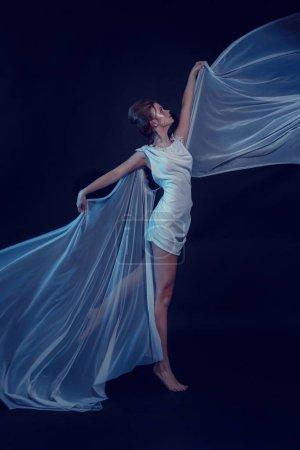 Foto de Retrato de moda de joven elegante con vestido blanco. Negro fondo, estudio de disparo. Hermosa mujer con rojo y azul. chica en neón. disparos en estilo asiático - Imagen libre de derechos