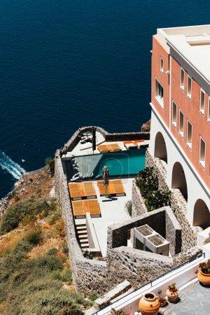 Photo pour Restaurant romantique. Grèce, Santorin, restaurant au-dessus du volcan - image libre de droit