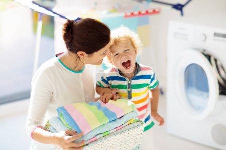 Familia en lavadero con lavadora
