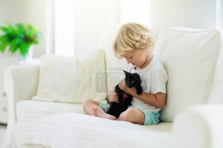 Enfant jouant avec bébé chat. Enfant et chaton .