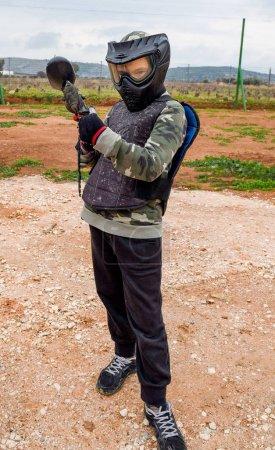 Photo pour Le gamin est prêt à jouer au paintball. - image libre de droit
