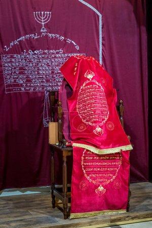 samaritische Tora in rotem Einband mit einem Segen in samaritischem Hebräisch
