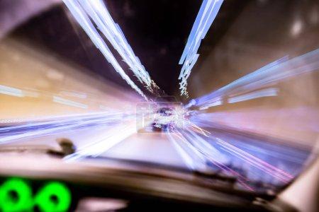 Photo pour La nuit avec la voiture en mouvement dans la ville - image libre de droit