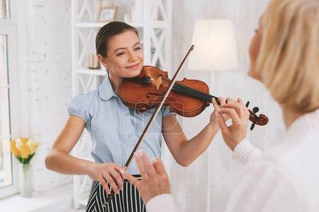Charmante Geigerin stellt sich ihr Konzert vor