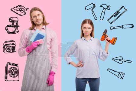 Photo pour Un couple intéressant. Jeune femme debout pour une égalité des sexes et tenant une perceuse tandis que son mari lave la vaisselle - image libre de droit