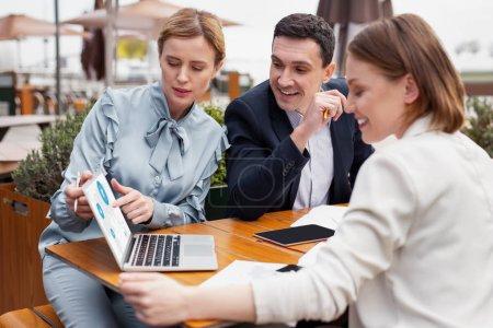 Photo pour Travail d'équipe. Trois dirigeants d'entreprise prospères se sentent merveilleux tout en appréciant leur travail d'équipe productif - image libre de droit