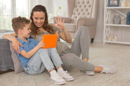 Photo pour Mathématiques avec fils. Enceintes souriant largement mère se sentant mémorable tout en enseignement des mathématiques-petit-fils - image libre de droit