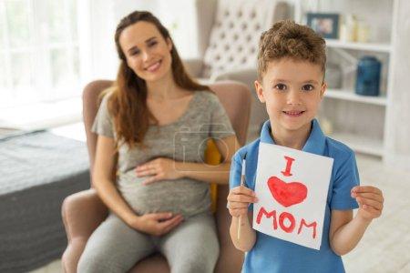 Photo pour -Petit-fils. Beau fils peu intelligent qui sont de sa mère lors de la peinture photo belle drôle pour elle - image libre de droit