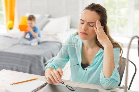 Photo pour Famille de la femme. Occupés à travailler famille femme se sentant extrêmement occupé et fatigué tout en ayant de fort maux de tête - image libre de droit