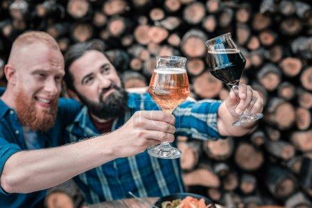 Männer, die gerne Bier probieren, sitzen in der Kneipe und probieren neue Geschmäcker
