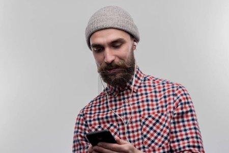 Foto de Hombre con sombrero. Con estilo barbudo a joven empresario sombrero gris sobre su cabeza en la imagen sin retoque de cara - Imagen libre de derechos