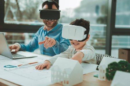 Photo pour Développements technologiques. mignon heureux garçon se sentir excité tout en étant en réalité virtuelle lunettes - image libre de droit