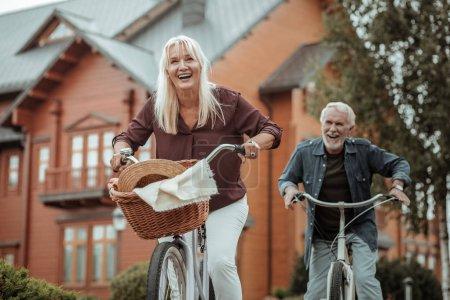 Photo pour Week-end heureux. Femme étonnante exprimant la positivité alors qu'il circulait à bicyclette - image libre de droit