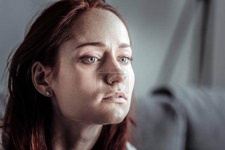 Photo pour Être frustré. Jolie femme gardant la bouche ouverte et regardant vers l'avenir tout en créant le plan - image libre de droit