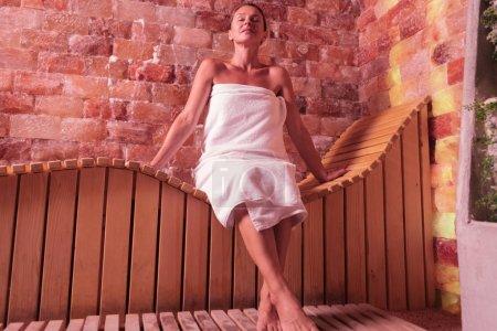 Photo pour Meilleure détente. Femme heureuse ravie, souriant tout en profitant de son temps dans un sauna - image libre de droit