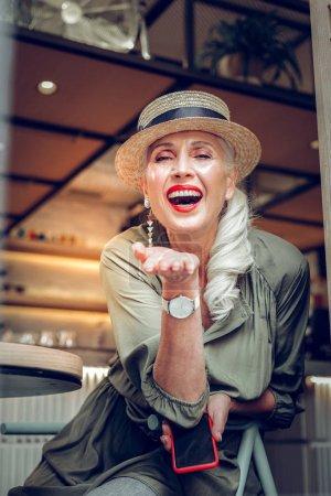 Photo pour Mon amour. Heureuse femme positive envoyant de nombreux baisers d'air tout en étant de bonne humeur - image libre de droit