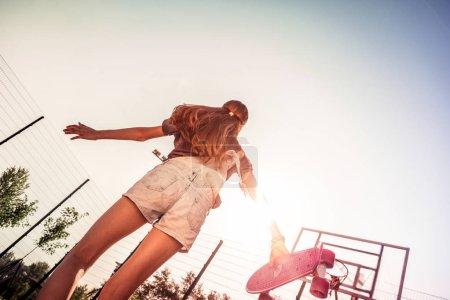 Photo pour Satisfait du grand jour. Enfant actif aux cheveux foncés portant une tenue d'été légère et profitant de rayons de soleil brillants - image libre de droit