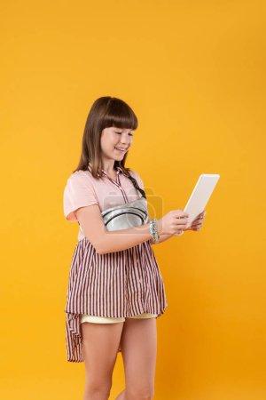 Überschwängliches Mädchen mit ihrem modernen Tablet