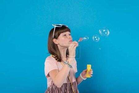 zufriedene Mädchen pusten Seifenblasen