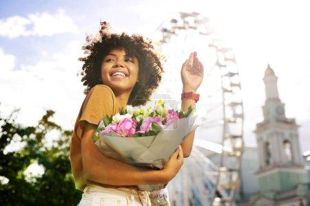 fröhlich lockige Frau verabschiedet sich von ihrem Date