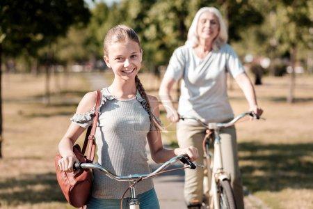 Photo pour Positivité expresse. Silhouette de femme mûre qui se sentent heureux en vélo et ayant des activités de plein air - image libre de droit