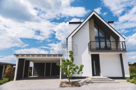 Photo pour Résidence de luxe. Ange bas d'une belle maison moderne avec garage - image libre de droit