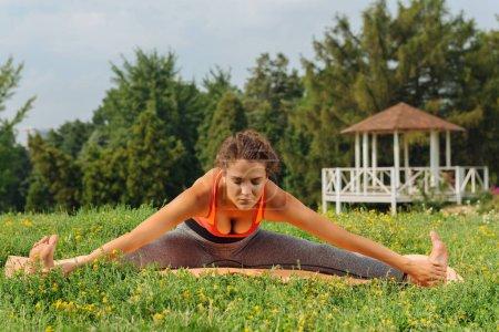 Photo pour Moment de paix, femme mince en bonne santé, heureux de profiter de l'instant de paix tout en faisant yoga - image libre de droit