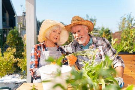Photo pour Câlin de femme. Caring aimant mari étreignant sa femme tout en regardant les plantes des champs sur chaud matin d'été - image libre de droit