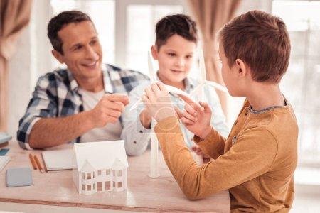 Foto de Muchacho rubio. Lindo guapo Rubio niño unirse a su padre y su hermano construyendo diferentes modelos - Imagen libre de derechos