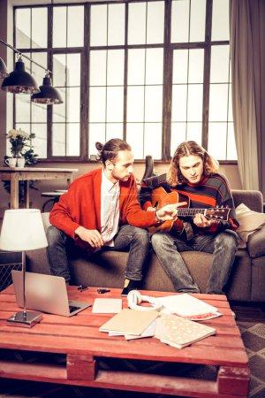Photo pour Nouvelle chanson. Deux talentueux musiciens jouant dans la bande de composition nouvelle chanson à la maison d'inspiration - image libre de droit