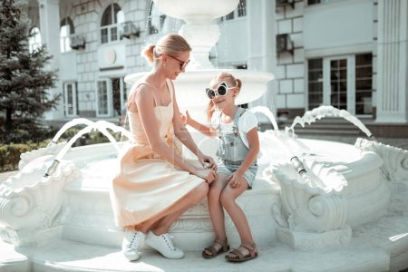 Mała dziewczynka spędza czas z matką.