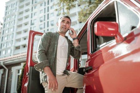Skoncentrowany człowiek prowadzenie działalności przez telefon.