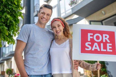 Photo pour Déménagement. Souriant couple heureux prêt pour le déménagement dans un nouvel appartement - image libre de droit