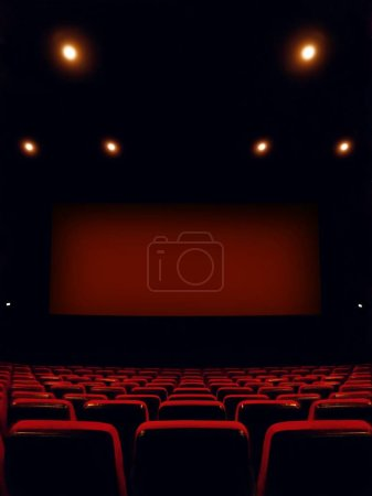 interior del cine con la pantalla y rojo asientos