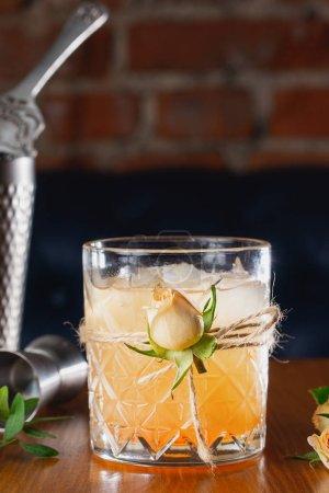 Photo pour Cocktail au bar, boisson alcoolisée - image libre de droit