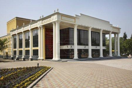 Photo pour Théâtre Tchekhov à Ioujno-Sakhalinsk. L'île Sakhaline. Russie - image libre de droit