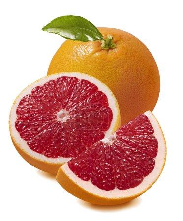 Photo pour Pamplemousses rouges frais isolé sur fond blanc. Élément de conception de paquet avec un tracé de détourage - image libre de droit