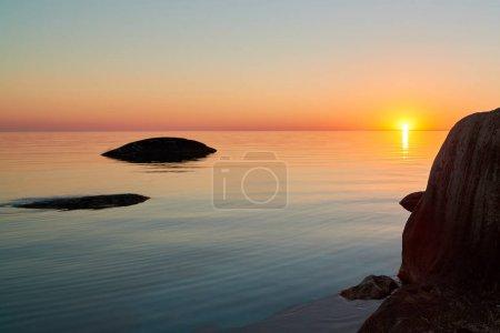 Photo pour Magnifique coucher de soleil sur la mer. - image libre de droit