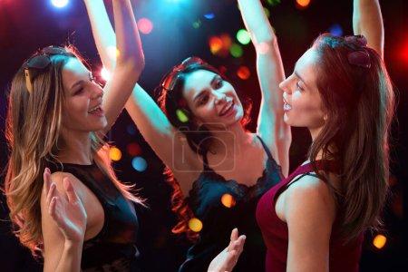 Photo pour Happy girls fun dansant à une fête - image libre de droit