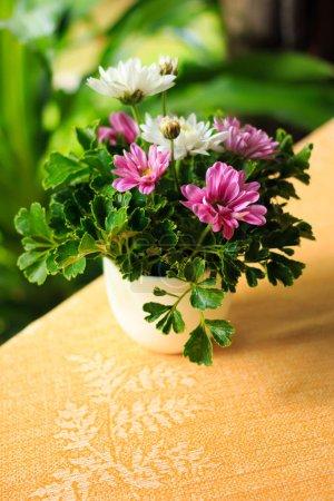 Blumenvase auf dem Tisch